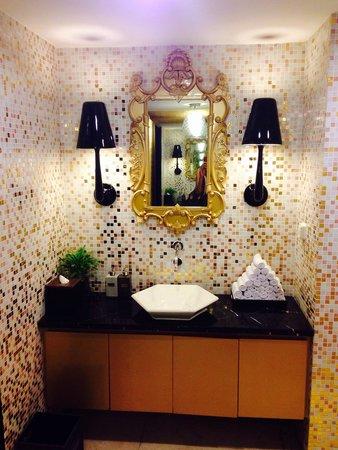 Hotel de l'Opera Hanoi: Lobby restroom