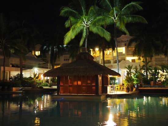 Peppers Beach Club & Spa: Pool Area at Night. The actual pool is very dark.