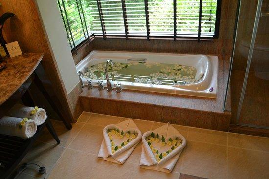 Layana Resort and Spa : Bathtub