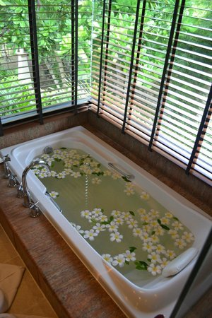 Layana Resort and Spa: Bathtub