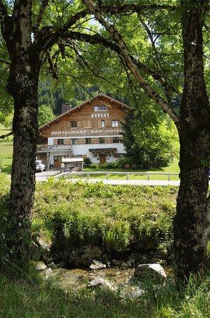 Hotel U'Fredy: Chalet derrière la petite rivière