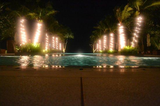 Layana Resort and Spa : Pool at night