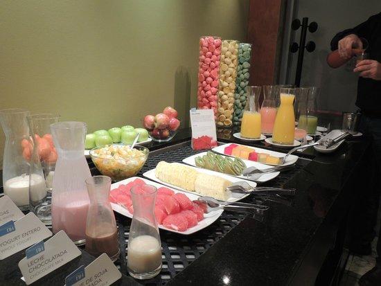 Hotel NH Buenos Aires Latino : Desayuno con muchas opciones en frutas, jugos, revueltos etc