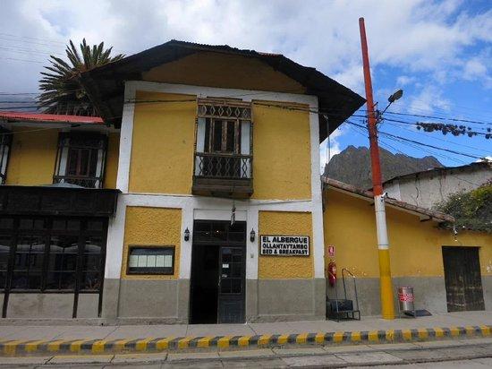 El Albergue Ollantaytambo: ホームに面したドアを開けるとすぐフロントです