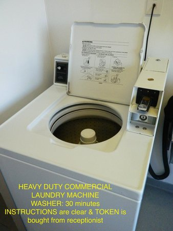 YMCA Hostel: COMMERCIAL WASHING MACHINE USES 1 TOKEN ($3) - 30MIN.