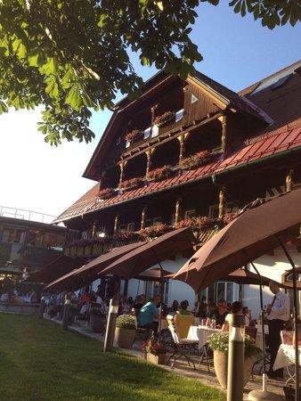G'sund & Natur Hotel DIE WASNERIN: Essen im Garten unter den Kastanienbäumen