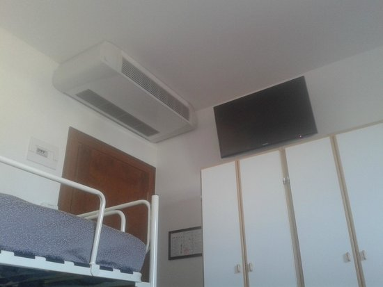 Hotel Clitunno: Camera con TV e condizionatore