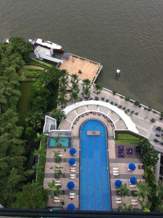 Chatrium Hotel Riverside Bangkok : Het zwembad vanaf bovenaf genomen