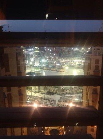 Makkah Millennium Hotel: haramain view - night