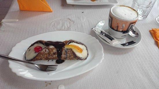 LA GOLOSONA: cannole siciliano y capuccino espectacular