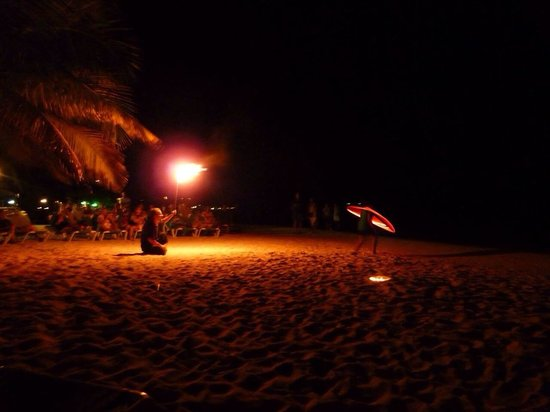 West Bay Beach: Fire show in Mayan Princess
