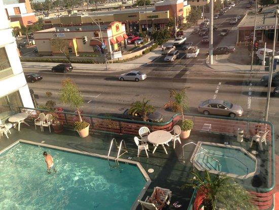 Best Western Plus Suites Hotel: Vue de la chambre sur rue et piscine de l'hotel