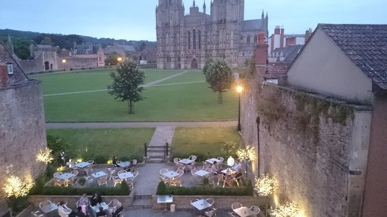 Best Western Plus Swan Hotel: Wells Cathedral and part of the hotels outside space