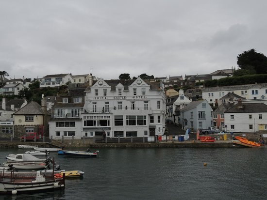 The Ship and Castle Hotel: Hotel from the water.