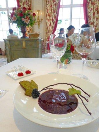 Epicure : dessert chocolat Manjari glacé et crémeux, infusé au thé, nectar de mûre du Mont Velay