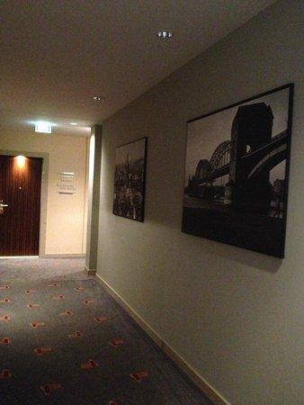 AZIMUT Hotel Cologne : Hallway