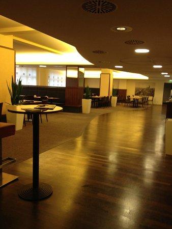 AZIMUT Hotel Cologne : Breakfast area