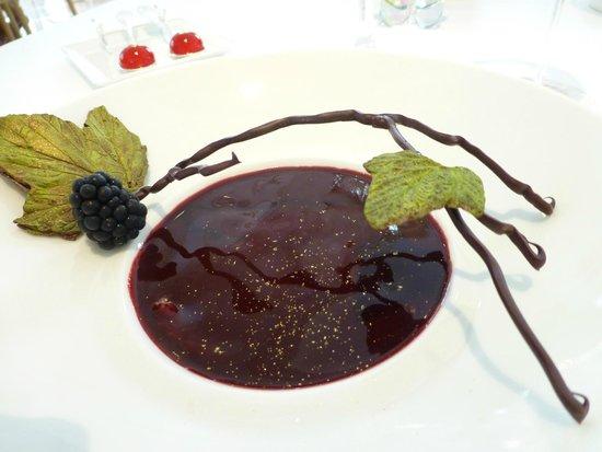 Epicure : délicieux, gourmand dessert chocolat Manjari accompagné de bouchée aux cerises