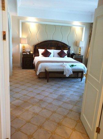 Pullman Shanghai Skyway Hotel: Bedroom