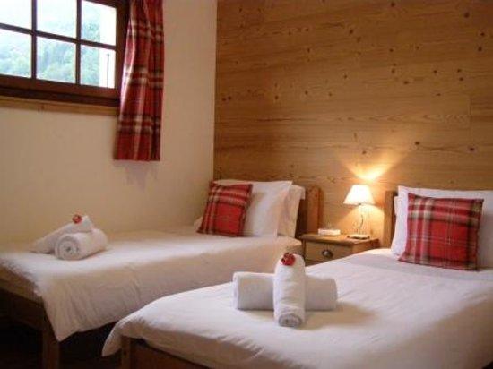 Chalet Almandine : Twin room with en-suite