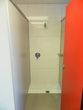 YMCA Hostel : WOMEN'S SHOWER CUBICLE (5TH FLOOR)