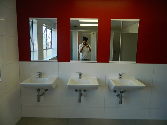 YMCA Hostel : WOMEN'S SHOWER ROOM SINKS &  WALL MIRROR (5TH FLR)