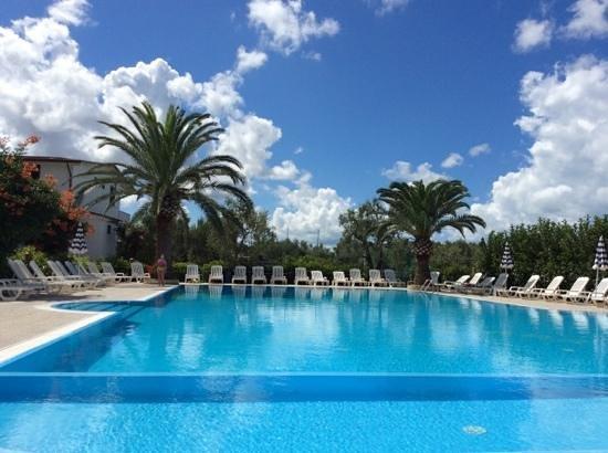 Residence Alba Chiara: la piscina del residence