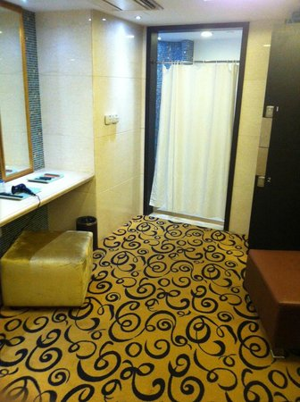 Pullman Shanghai Skyway Hotel : Changing room