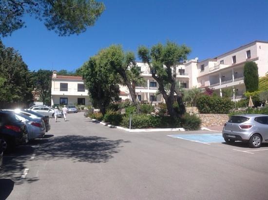 Van Der Valk Hotel le Catalogne : Вид на отель с его парковки