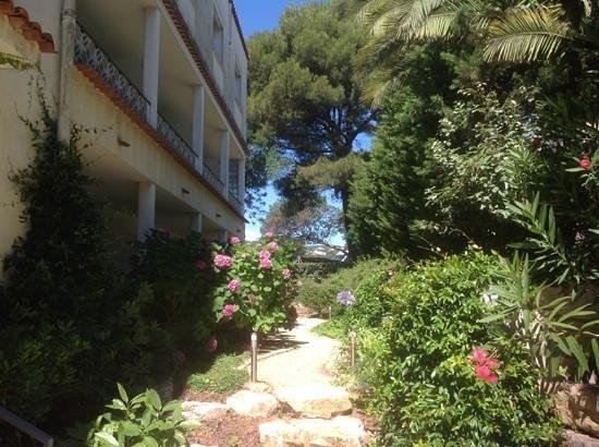 Van Der Valk Hotel le Catalogne : номера на втором этаже имеют балкон с видом на зелень