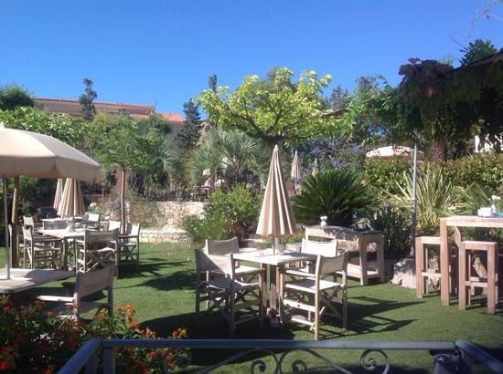 Van Der Valk Hotel le Catalogne : за столиками в саду можно позавтракать