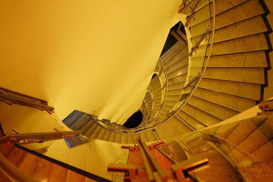 Fusion Hotel Prague : Оригинальная полувинтовая лестница