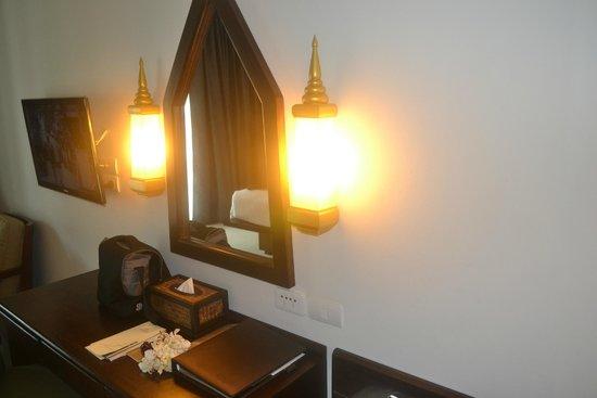 Centara Anda Dhevi Resort and Spa: Mirror and table