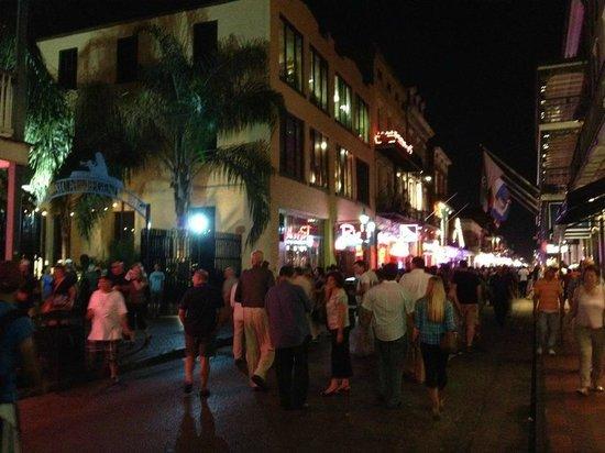 Bourbon Street le soir.