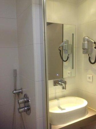 Van Der Valk Hotel le Catalogne : ванная комната
