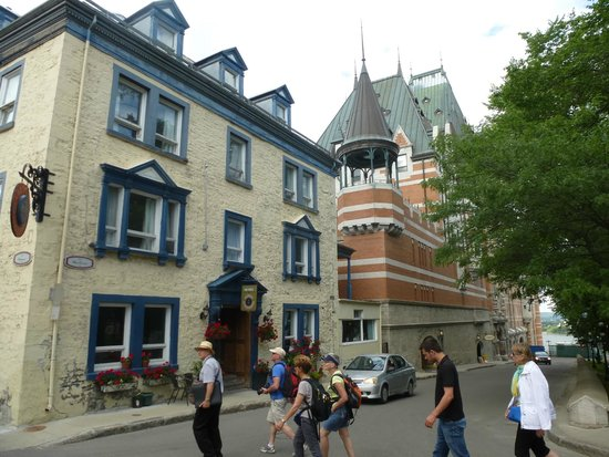 Tours Voir Quebec: Crossing the street by Governors Gardens