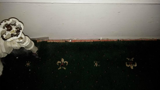 Adelphi Hotel & Spa: carpet gripper exposed