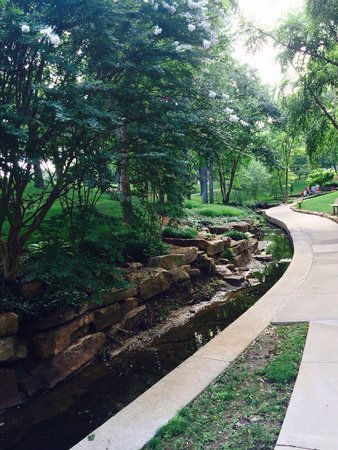 DoubleTree by Hilton Hotel Tulsa - Warren Place : The walking trail surrounding the hotel