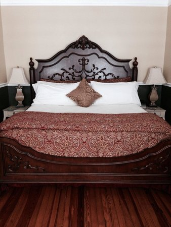 Bayfront Westcott House Bed & Breakfast: Bed fit for a king... And queen!