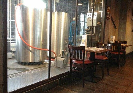 Les 3 Brasseurs: Vue sur la chambre froide où est confectionnée la bière