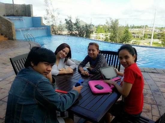 Summit Ridge Tagaytay : Bodning moments beside the pool