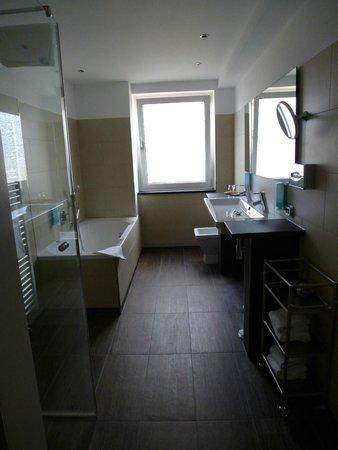 """Hotel Schlicker """"Zum Goldenen Loewen"""": A bathroom"""