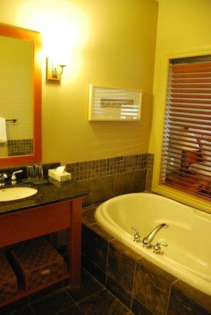 Long Beach Lodge Resort: Bath