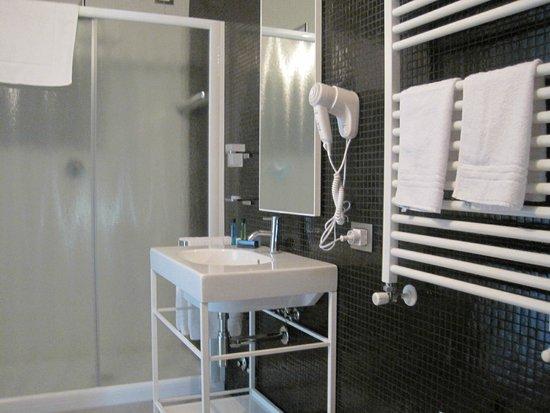 Rosso di Sera Relais Tuscany : Large bathroom