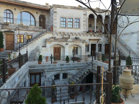 Harman Cave Hotel: Inner courtyard of hotel (2nd and 3rd floor visible)