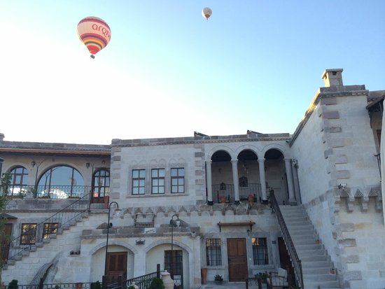 Harman Cave Hotel: Balloons coming up over the hotel