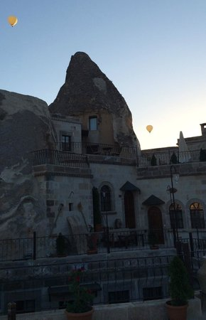 Harman Cave Hotel: 5:15 am the balloons start to rise