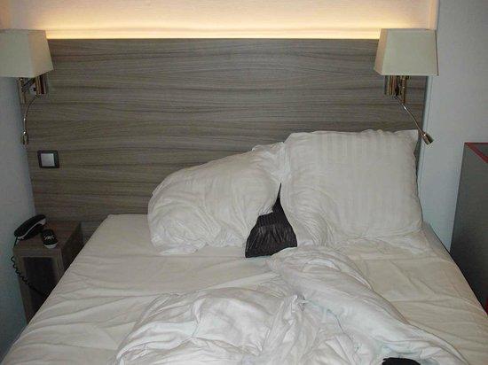 Hotel Le Grillon: double bed- 140 cm large