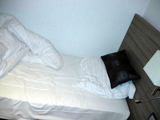 Hotel Le Grillon : single bed (60 cm large)