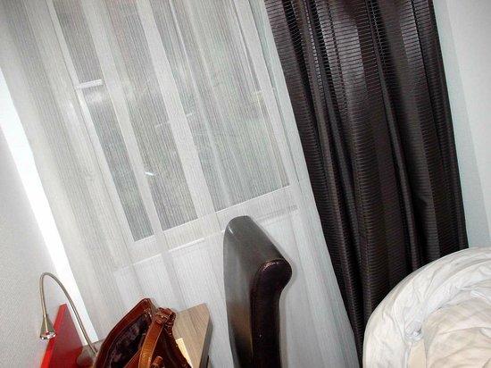 Hotel Le Grillon : window